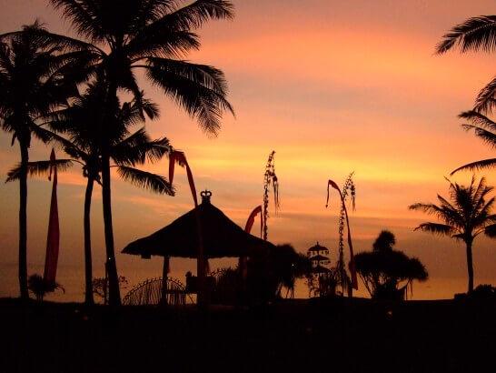 バリ島の夕暮れのシルエット