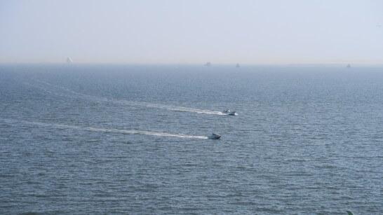 クルージングしている船