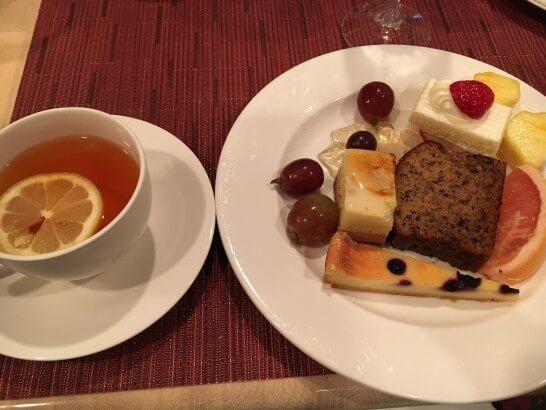 レストランフォンタナの紅茶とデザート