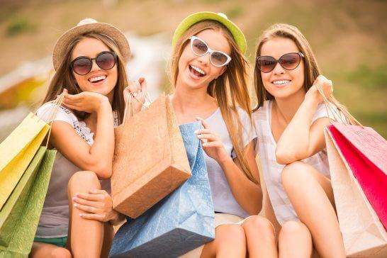 ショッピング中の笑顔の女性