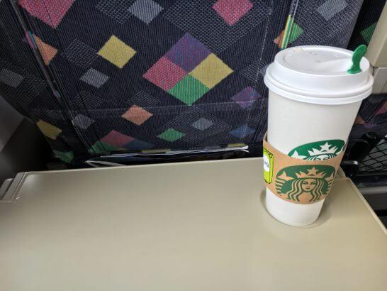 特急列車の中で飲むスターバックスのコーヒー