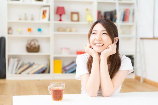 笑顔で考える女性