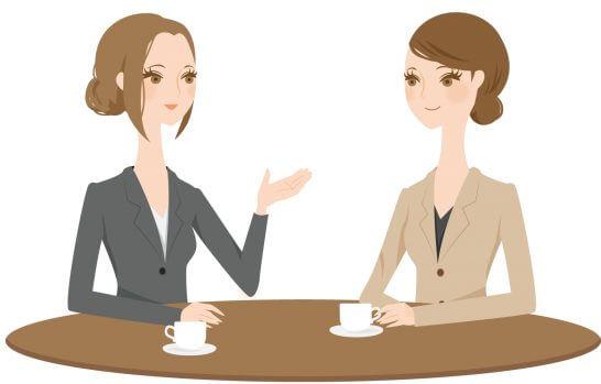 コーヒーを飲みながら話し合う女性のイラスト
