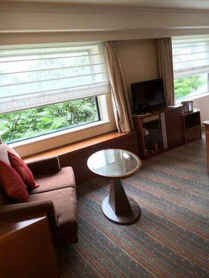 ロイヤルパークホテルのソファーとテーブル