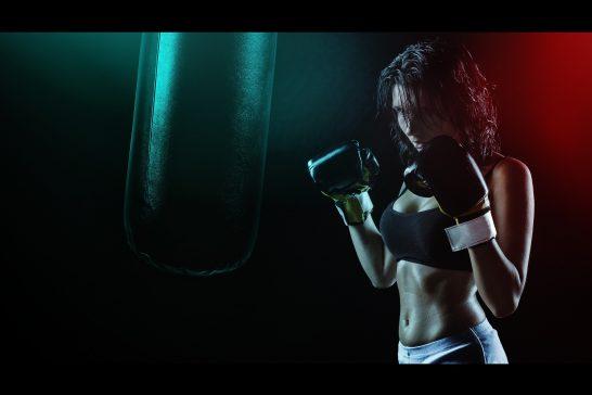 ファイティングポーズをとる女性ボクサー