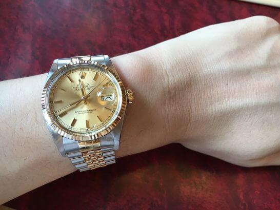 ロレックスの腕時計をはめたところ