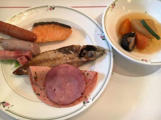 ロイヤルパークホテルの朝食 (煮物、焼き魚、ベーコン・ハム・ソーセージ)
