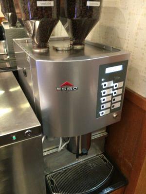 羽田空港のエアポートラウンジ(中央)のコーヒーマシン