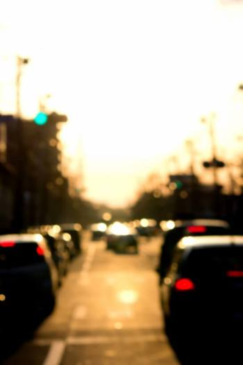夕焼けと車で混雑する道路