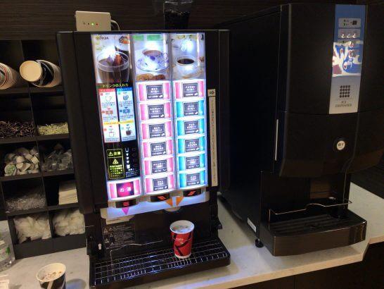 USJのJCBラウンジのコーヒー類・氷・お絞り・コップなど