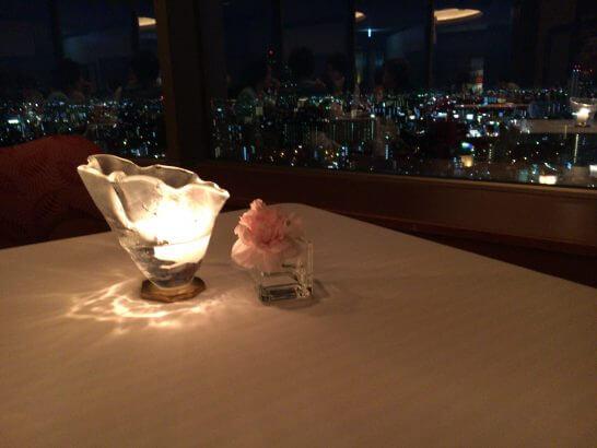 帝国ホテル大阪のレ・セゾンのテーブルキャンドルと夜景