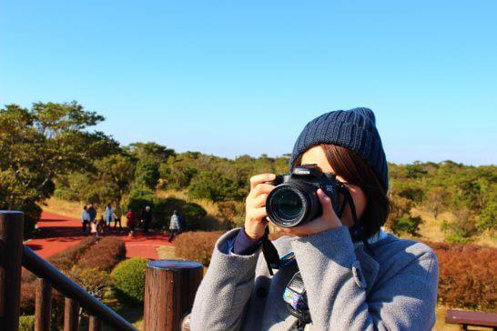 カメラで撮影する女性