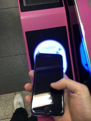 電車の改札にApple Pay搭載のiPhoneをタッチする所