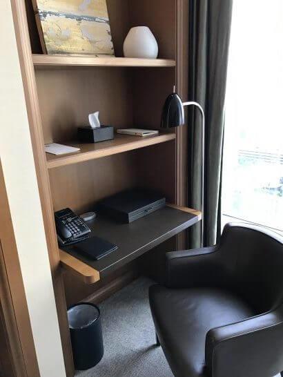 セントレジスホテル大阪の作業用デスク