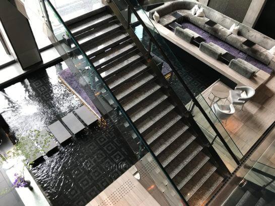 マンダリンオリエンタル東京のカフェへの階段
