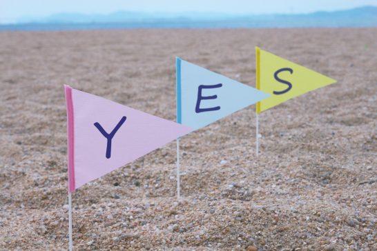 YESという文字が書かれた旗