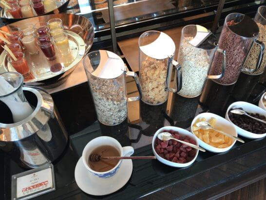 セントレジスホテル大阪の朝食のシリアル・ドライフルーツ