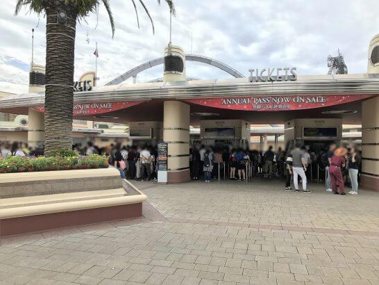 USJのチケット売り場に並ぶ行列