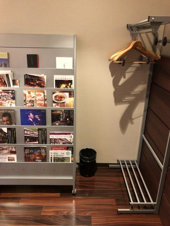 京都ホテル ウエルカムラウンジ のコート掛け・冊子