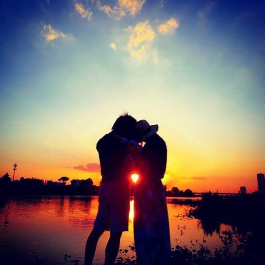 夕日と2人のシルエット