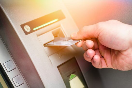 ATMにカードを入れるところ