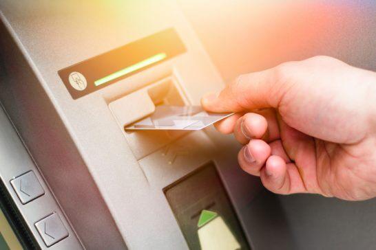 ATMにカードを入れる処