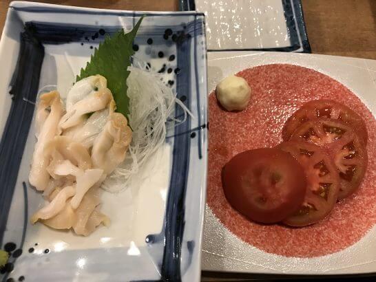 磯丸水産の貝と冷やしトマト