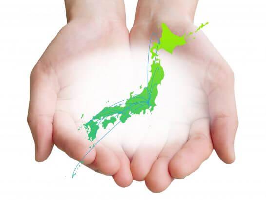 日本地図を収める手