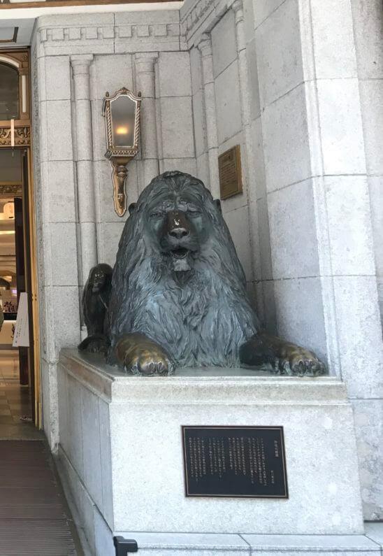 日本橋三越本店の入り口のライオンの像