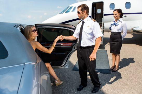 ジェット機に乗りこむために降車する女性