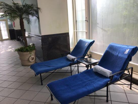 ザ・リッツ・カールトン大阪「The Ritz-Carlton Spa」のプールサイドのベッド