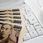 一万円札とパソコン