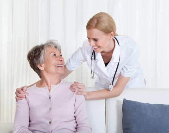 看護師と年配の女性