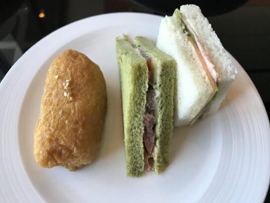 シャングリ・ラ ホテル 東京のホライゾンクラブのアフタヌーンティーのいなり寿司・サンドイッチ