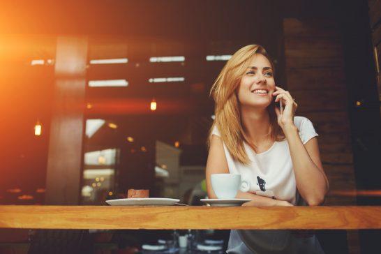 電話する外国人女性