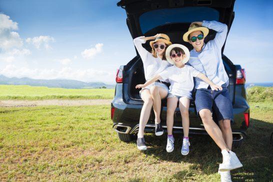 自動車でドライブ中の家族