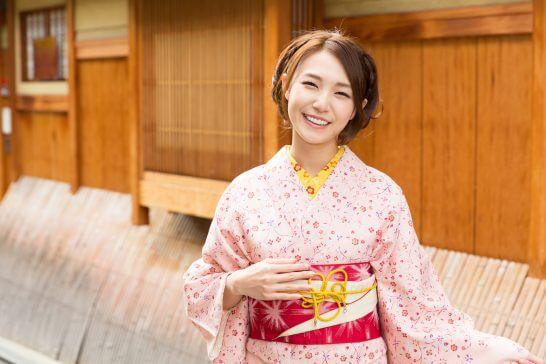着物姿の笑顔の女性