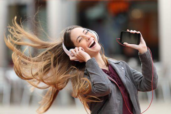 音楽を聴く笑顔の女性