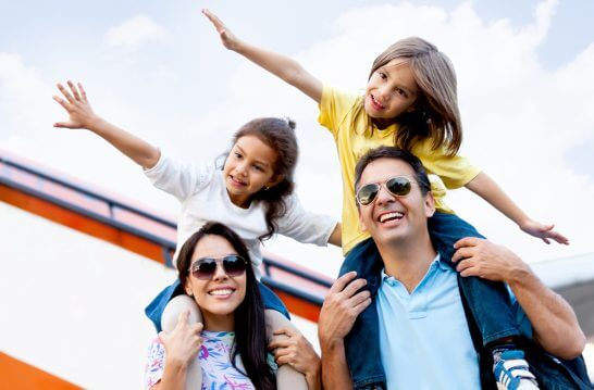 手を広げる2人の子供と親(家族)