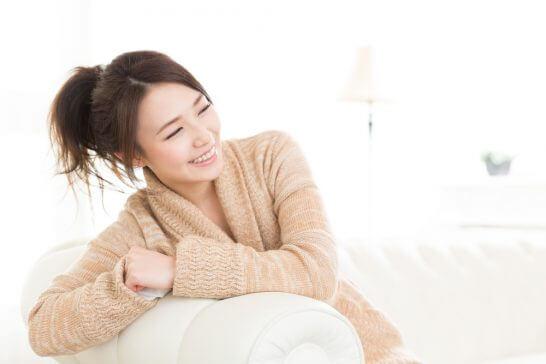部屋着姿の笑顔の女性