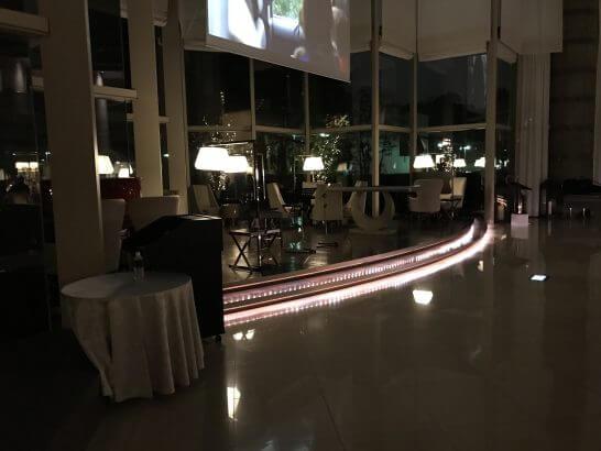 東京マリオットホテルの夜のロビー