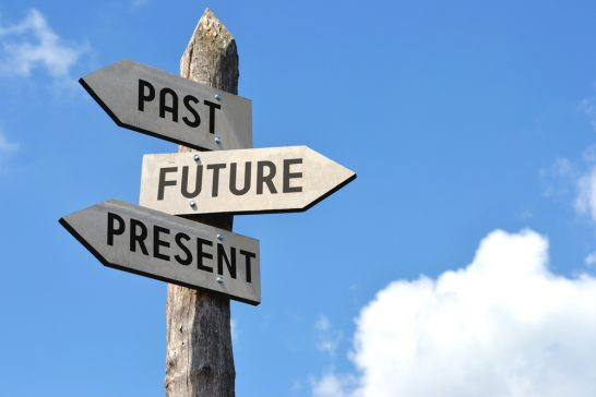 過去・現在・未来という文字が書かれた道標