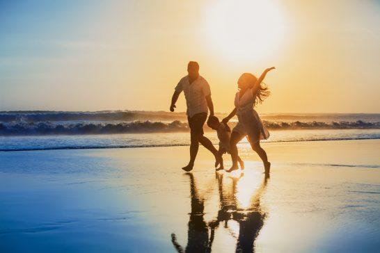 ビーチで遊ぶ家族 (1)