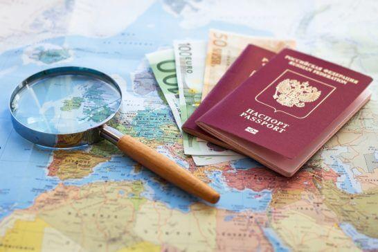 パスポートと地図(海外旅行のイメージ)