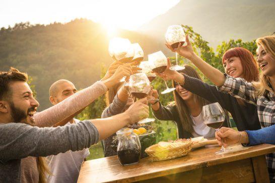 ワインで乾杯する人々