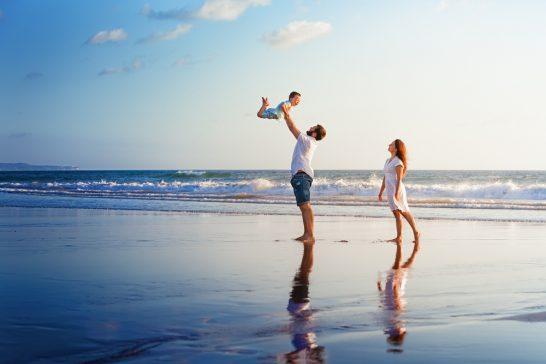 ビーチで遊ぶ家族