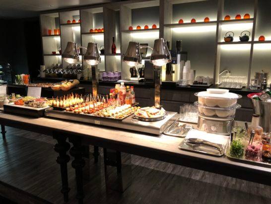 東京マリオットホテルのエグゼクティブラウンジの食品類コーナー
