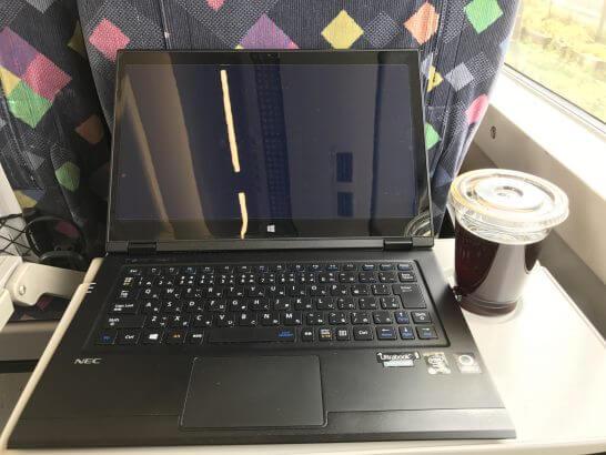 特急内で作業するノートパソコン