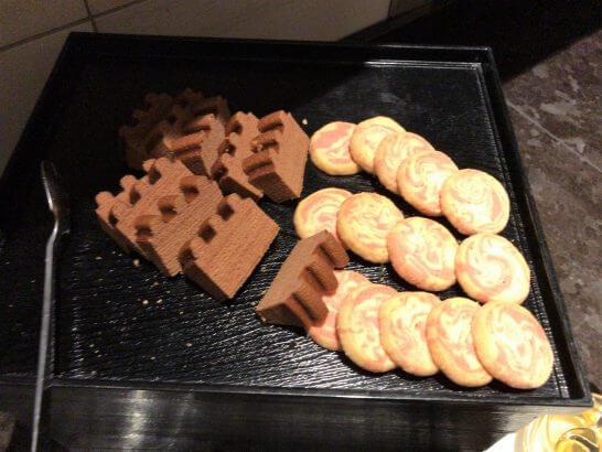 東京マリオットのラウンジのアフタヌーンティーのチョコケーキとクッキー