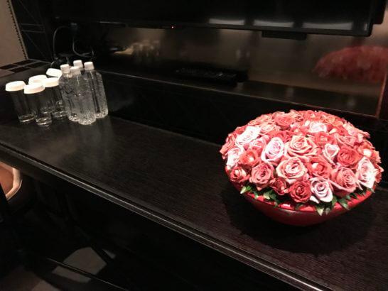 ホライゾンクラブのミーティングルームの花・水